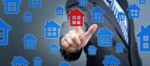 Immobiliensuche Konzept Mann drückt rotes Haus-Symbol auf dem Bildschirm