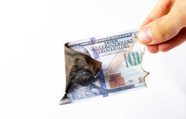 Beyaz arka planda birinci şahıs görüşü olan bir adamın elinde Amerikan doları. Yanmış dolarlar. Dolarlar yanıyor, Küller, ateş