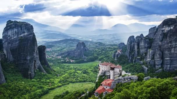 Úžasný pohled na údolí Meteora ve dne, paprsky přes skály a nad rousanu klášteře a Svatý Mikuláš anapausas, klášter Kastraki, Kalambaka, Thessaly, Řecko-časový
