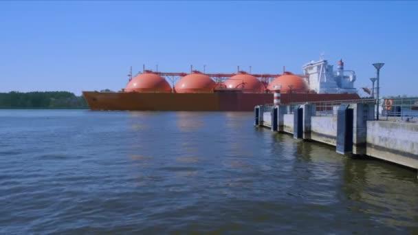 Flüssigerdgas-Tankschiff passiert Werft, um an sonnigem Tag Industriehafen anzulaufen
