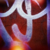Fragmente von Graffiti auf einer Wandoberfläche