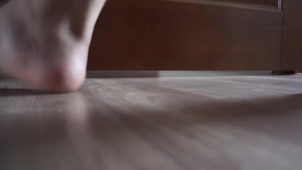 záběry zblízka s mužem, který chodí na podlahu doma