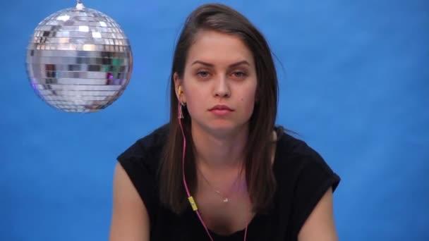 Dívka s disco koule na modrém pozadí