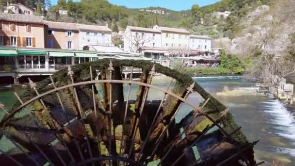 Fontaine-De-Vaucluse, malé vesnice v Provence, Francie s řekou. Letní prázdniny, na šířku, francouzský přírody, vodní kolo