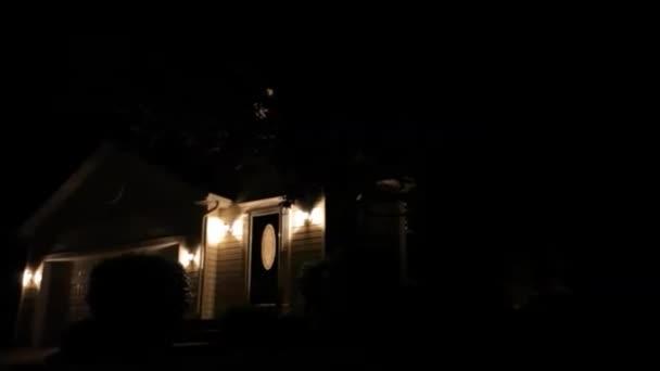 Video z předměstí domů. Noční
