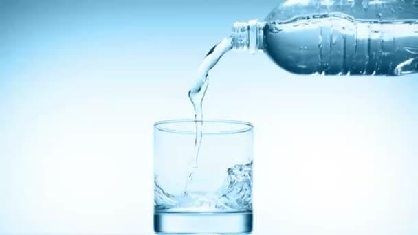 Lití sklenice vody ve zpomaleném filmu