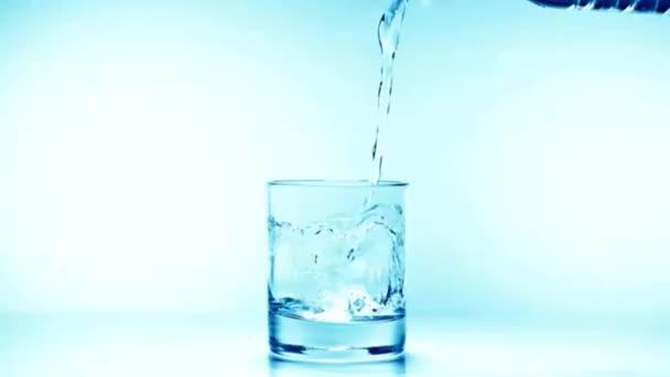 Gießen Glas Wasser in Zeitlupe