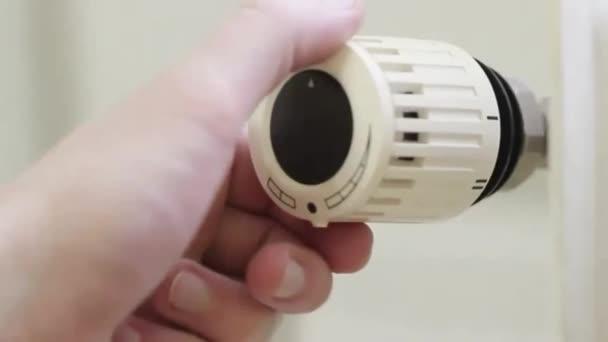 Heizkörperthermostat, selektiver Fokus, weißer Hintergrund, bis Stufe 4