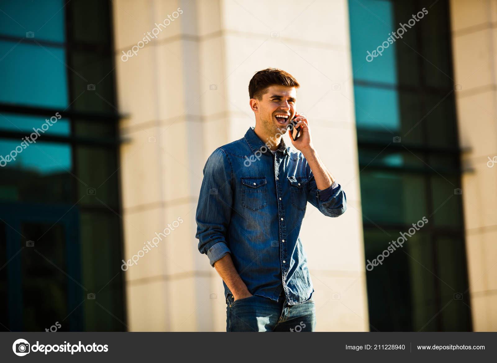 78dbda2629 Moda Strada Uomo Alla Moda Vestito Jeans Mandare Sms Qualcuno — Foto ...