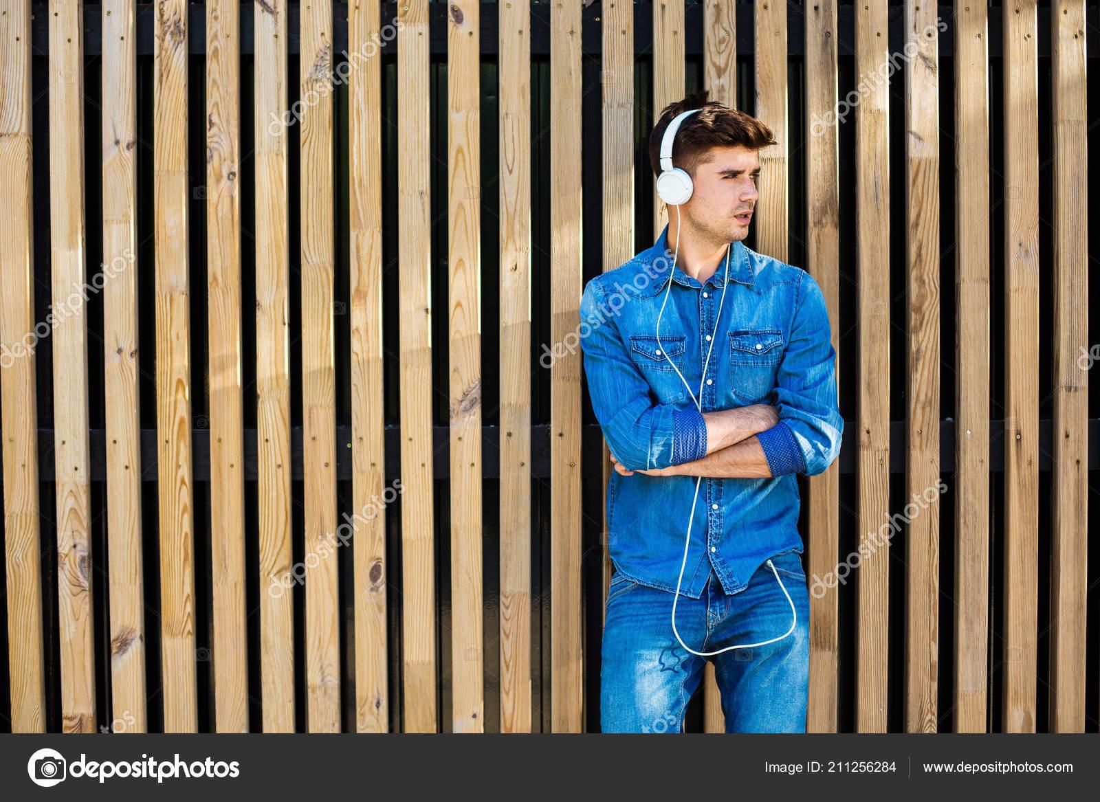 Jeans Tenue Bois Sexy Cool — Homme Sur Bel Photographie Moderne Fond cWBqSpqT