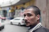 Csinos fiatal szakállas férfi portréja a városi utcában