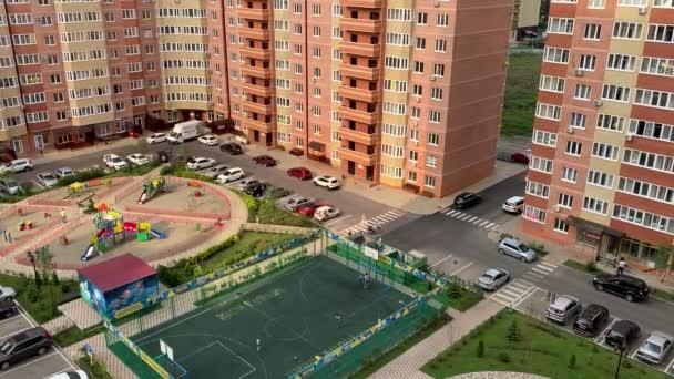 Pohled shora z barevných rezidenčního komplexu. Klip. Krásné stylové domy různých barev v luxusním rezidenčním komplexu