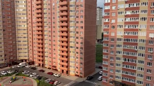 Színes lakópark felülnézet. Klip. Szép stílusos házakat, különböző színű egy luxus lakópark