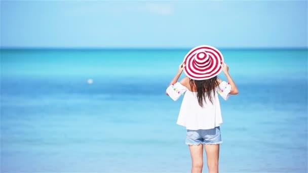 Mladá krásná žena na bílém písku tropické pláži.
