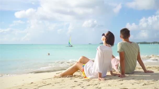 Fiatal pár a fehér tengerparton a nyári vakáció alatt.
