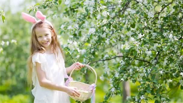 Rozkošná holčička v kvetoucí jablečné zahradě na krásném jarním dni