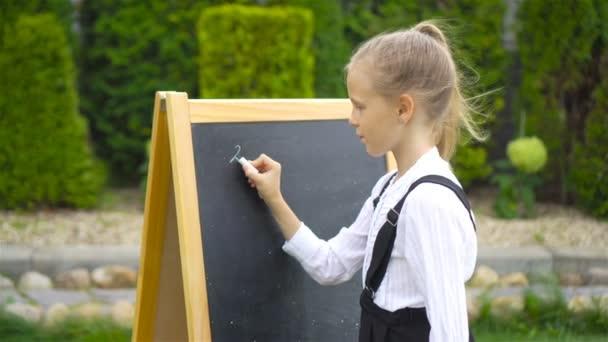 Boldog kis iskolás és egy szabadtéri chalkboard