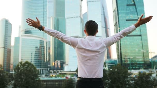 Zadní pohled na podnikatele při pohledu na kopie prostoru vstoje proti sklo mrakodrap