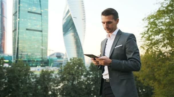 Kavkazské mladík drží smartphone pro zaměstnání.