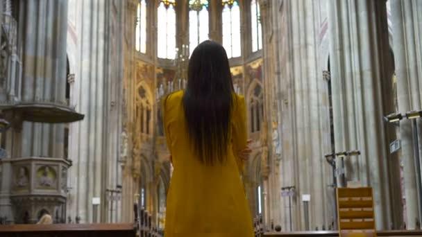 Frau stehend Kirche Religion Konzept