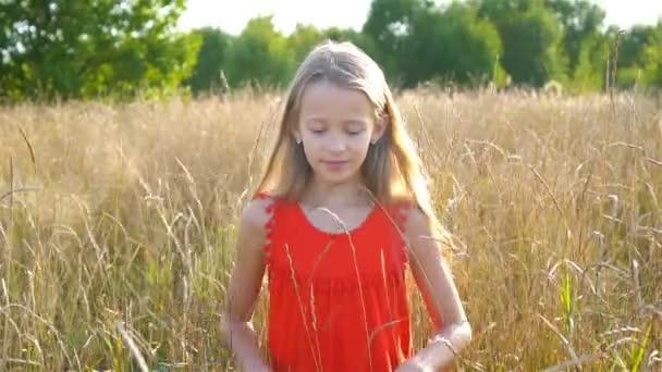 Gyönyörű szőke kislány, már boldog szórakozás vidám mosolygós arc, piros ruha