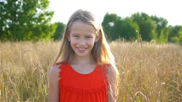 schöne kleine blonde Mädchen, hat fröhlichen Spaß fröhlich lächelndes Gesicht, rotes Kleid