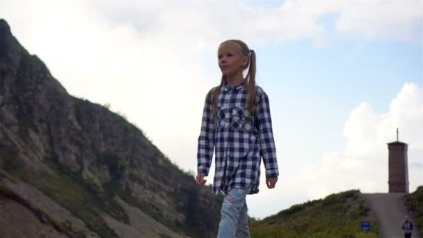 Šťastná holčička v pohoří v pozadí mlhy. Beautful krajina