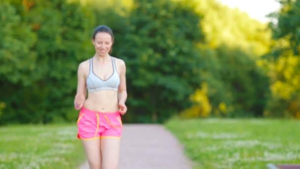 Ragazza bella giovane sport corsa allaperto. Corridore - donna che funziona allaperto allenamento per Maratona correre