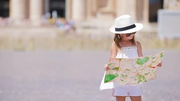 Rozkošná holčička s turistickou mapou na náměstí svatého Petra v Itálii. Happy Toodler dítě vychutnat italskou dovolenou v Evropě.