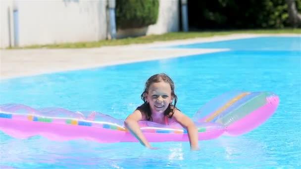 Roztomilá dívka s nafukovací matrace ve venkovním bazénu