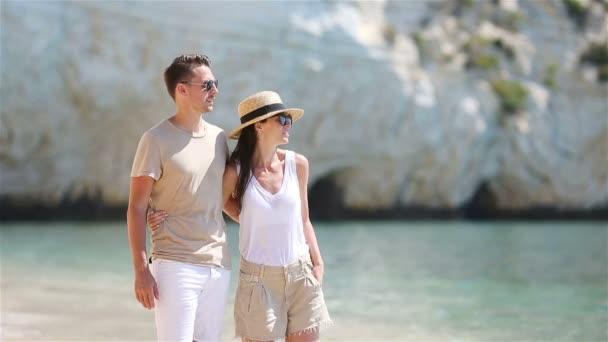 Fiatal pár a fehér tengerparton a nyári vakáció