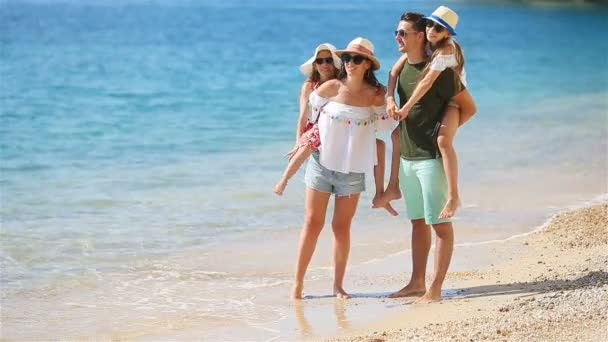 Mladá rodina na dovolené mají spoustu zábavy
