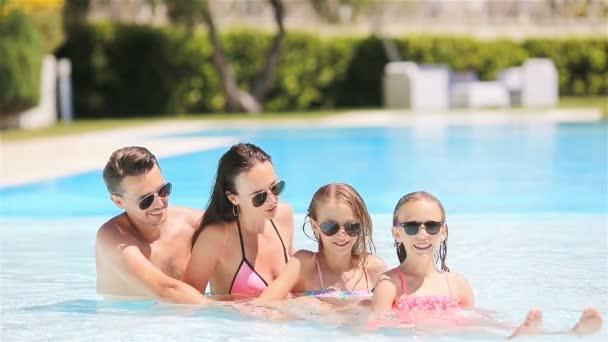 Šťastná čtyřčlenná rodina ve venkovním bazénu