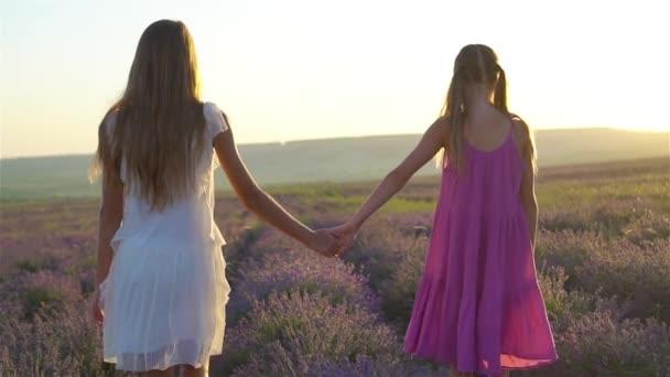 Lányok levendulavirágban mező naplementekor fehér ruhában