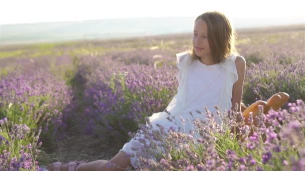 Mädchen im Lavendelblütenfeld im weißen Kleid