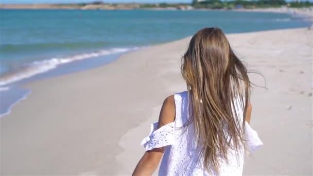 Aranyos kislány a strandon a nyári vakáció alatt