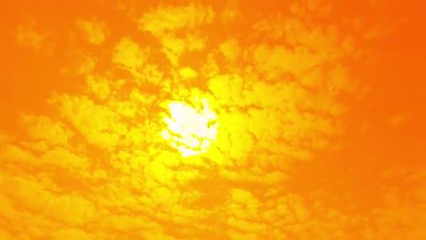 Pohyb bílých mraků na oranžové obloze. Art příroda nebe pozadí.