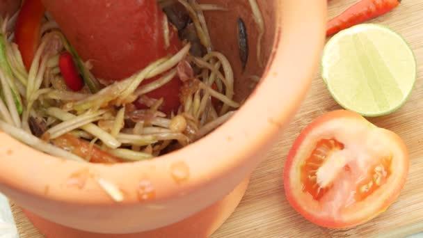 Proces vaření salátu Papaya s nakládanými kraby a rybami, místní thajské jídlo.