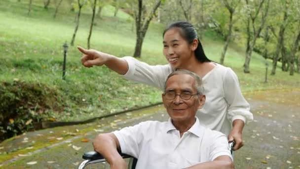 Šťastný usměvavý dědeček v bezbariérovém odpočinku a procházky s vnučkou venku v parku. Rodinný šťastný životní styl.