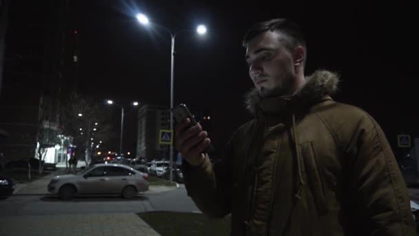 Pohled na muže, který používá smartphone na ulici