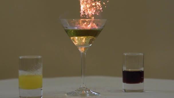 Barkeeper setzt Cocktail in Brand, verbrennt Zimt in Alkoholgetränk, Barmann macht Getränk