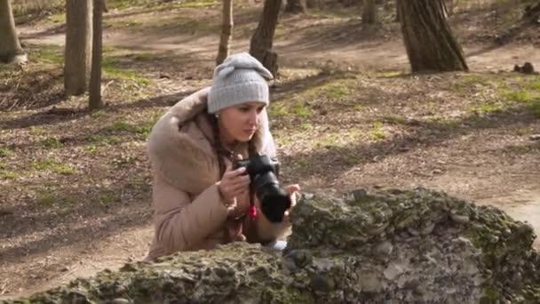 Fotografo della ragazza prende le immagini