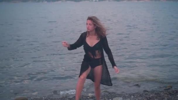 Egy fiatal lány a tengerparton. Egy nő elveszett, izgatott, nem tudva, hol van a tengerparton, a lány felszáll.