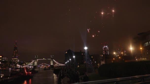 Tower Bridge s ohňostrojem