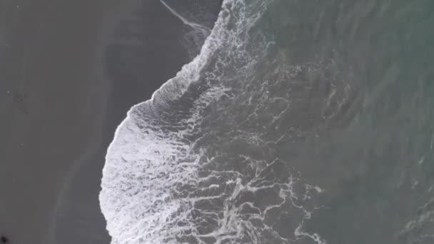 Hullámok a tengerparton Alaszkában