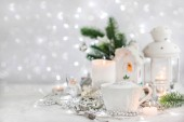 Bílý hrnek horký cappuccino káva na dovolené bílým a stříbrným pozadí, vánoční koncepce