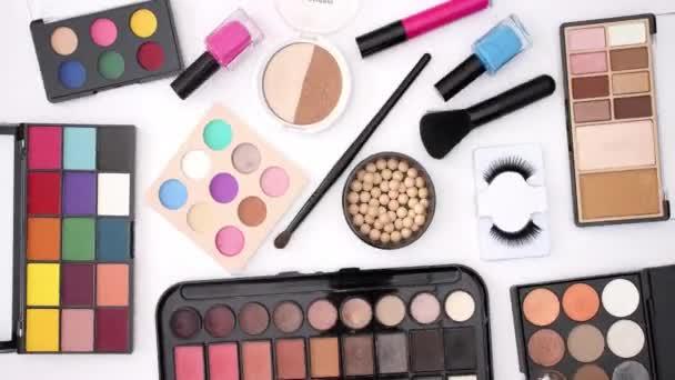 Krásný make-up produkty na bílém pozadí-zastavit animaci videa