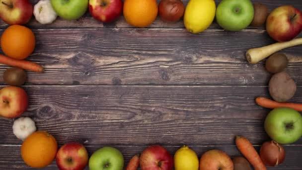 Zöldség és gyümölcs a fából készült asztal-stop motion
