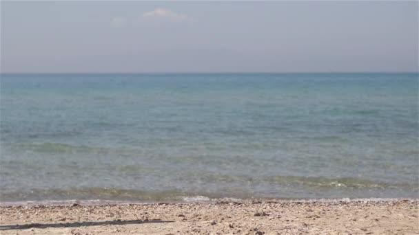 Mladá žena, co běží na pláži. Rekreace, fitness a zdravý život