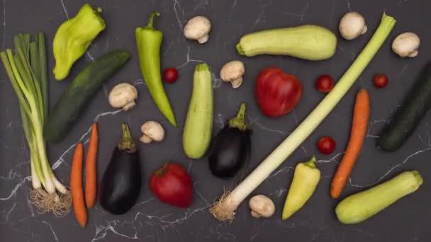 Stop motion animáció a friss és bio zöldség mozgó konyhaasztalon